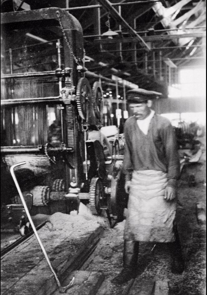 Лесопильный завод Ко. Онежского Лесного Торг. В одном из цехов