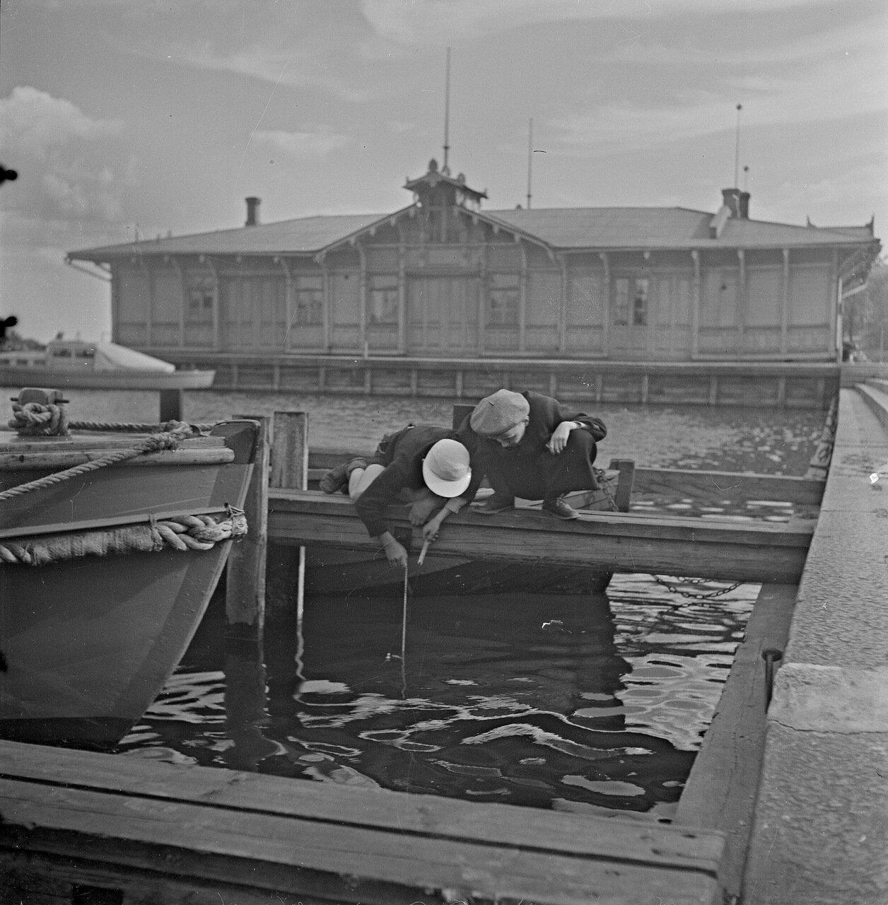 1941. 20 июня. Дети рыбачат