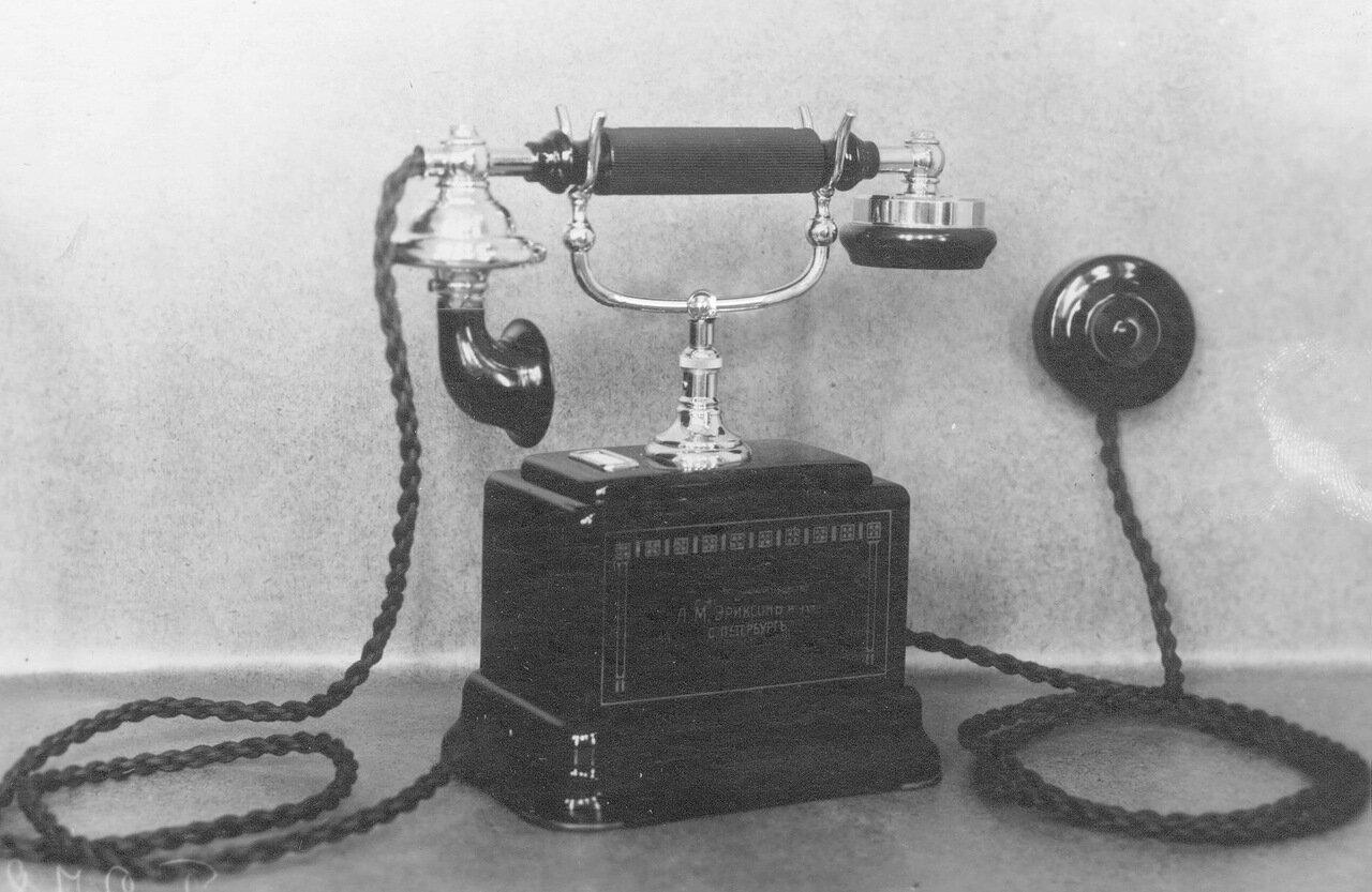 25. Внешний вид настольного телефонного аппарата с вызовом через микротелефонную трубку