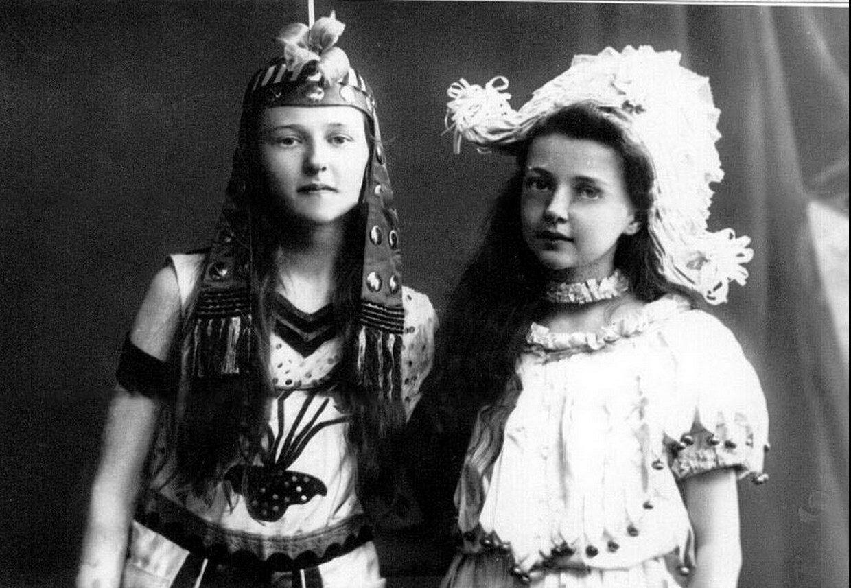 Дочери П.А.Столыпина Ольга и Александра в маскарадных костюмах