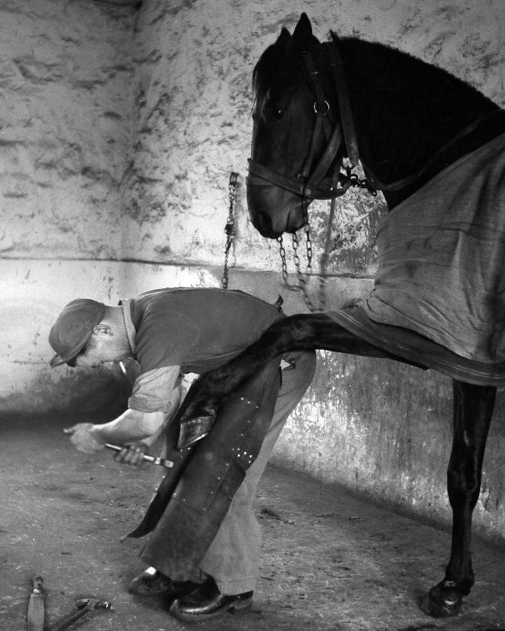 1954. Морис Бертин кузнец на Chyriakos.jpg