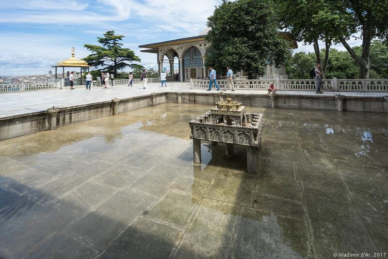 Дворец Топкапы в Стамбуле. Багдадский павильон, фонтан и терраса Султана (Sofa-i Hümayun).
