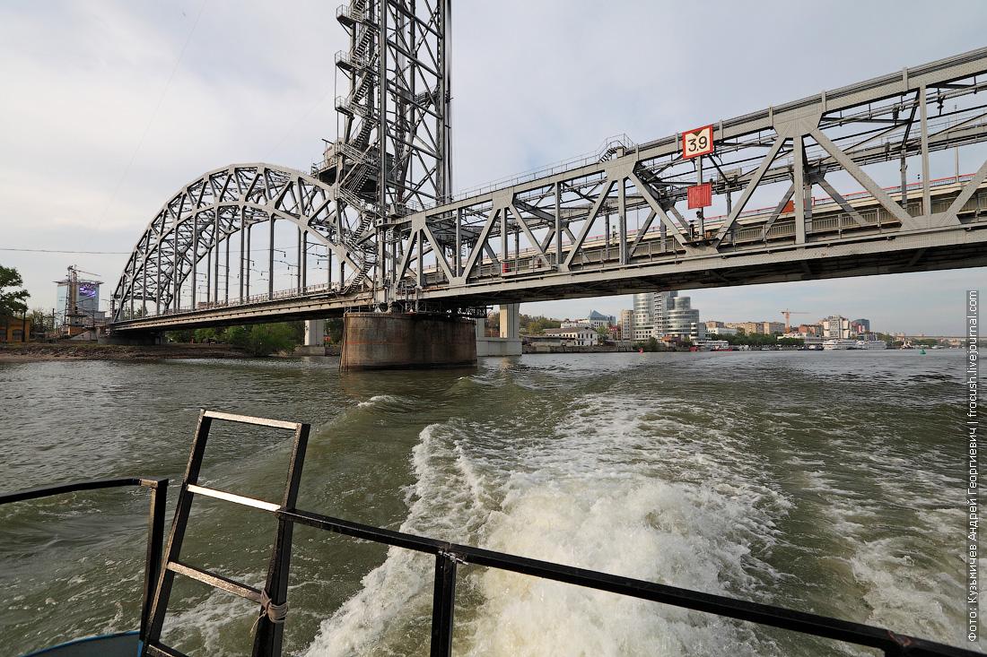 Надводные габариты нашего «Ярославца» позволили пройти под неразведенным железнодорожным мостом