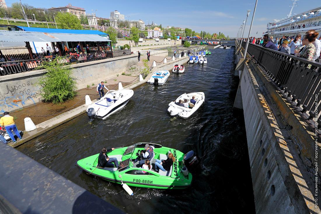 Частники катают отдыхающих на моторных лодках