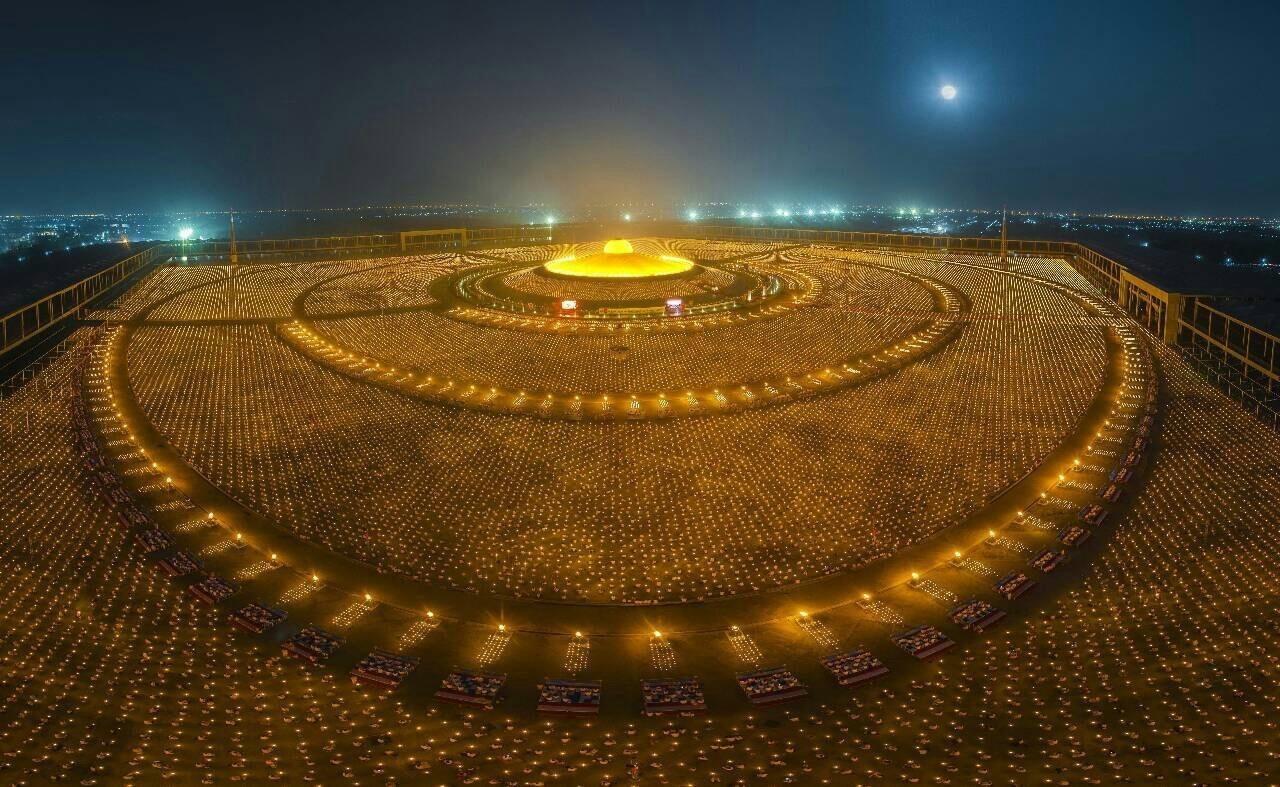 Буддийские монахи отмечают праздник Макха Буча
