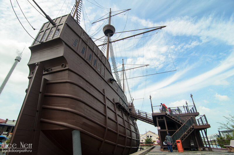 Музей выполненный в виде модели португальского галеона в Мелакке.