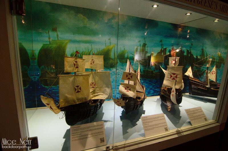Экспонаты в музее-галеоне. Модели португальских кораблей.