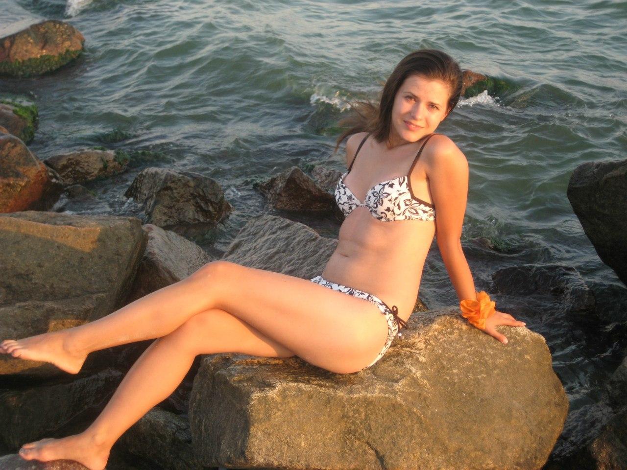 Девушка в купальнике на скалах