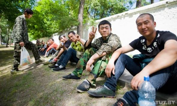 В Добруше забастовали китайские рабочие, большой колонной пошли на Гомель, ОМОН пытается сдержать