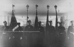 Знаменосцы полка со знаменами.
