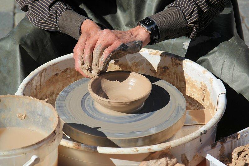 Гончар создает глиняное изделие на гончарном круге - «Вятский Арбат» в день города-2015 на пешеходной улице Спасской