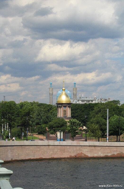 Часовня Святой троицы на фоне Соборной мечети