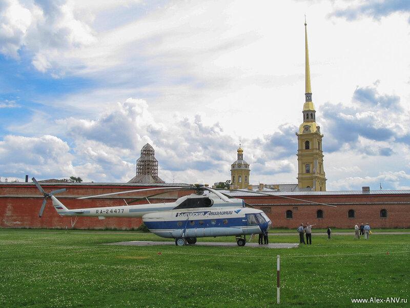 Перед Петропавловской крепостью расположена стоянка вертолёта, на котором можно поглядеть на Питер с высоты птичьего полёта
