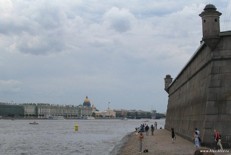 Стена Петропавловки, вдали виден купол Исаакиевского собора