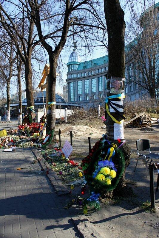 Венок на месте гибели активиста Евромайдана