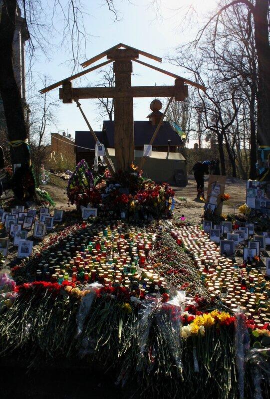 Мемориальный крест на Институтской