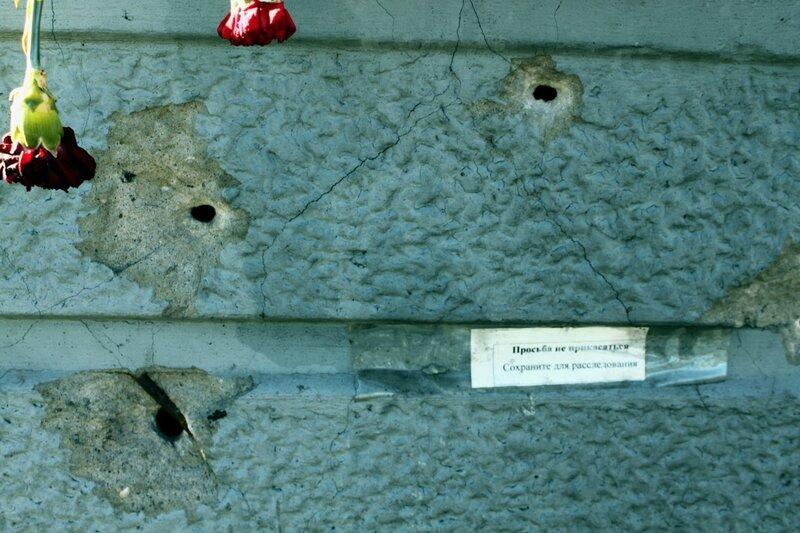 Простреленный бетонный вазон