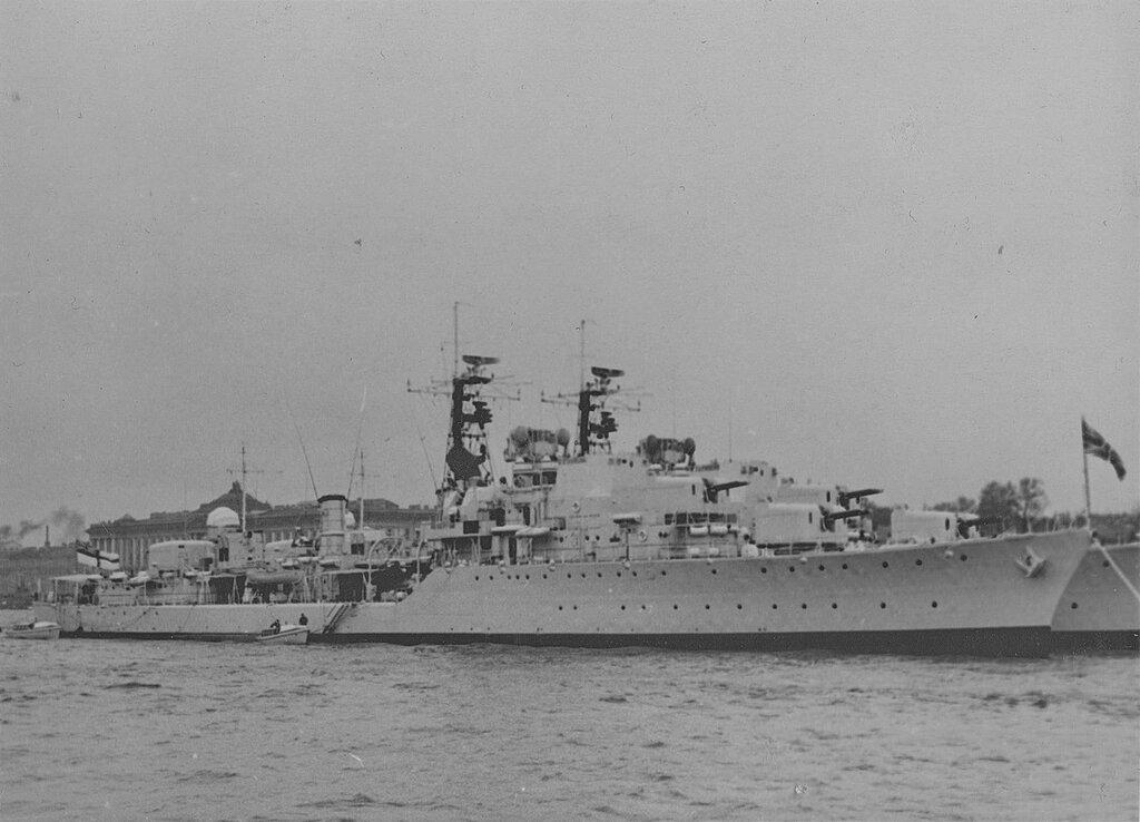 Britancy tip Daring 1955 - HMS Decoy HMS Diana