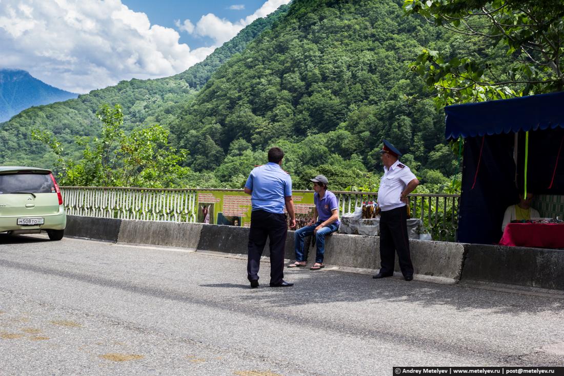 Полицейские посты на дороге на Рицу. Здесь все строго.