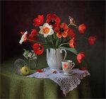 С тюльпанами и цветущей веточкой Автор Tatyana_SK