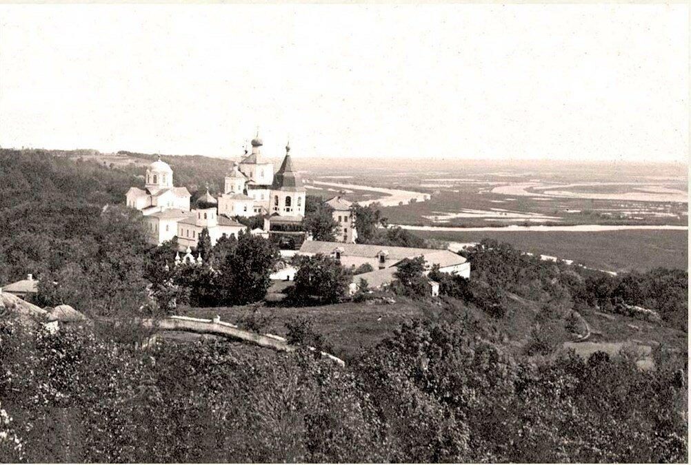 Вид на Молчанский монастырь с колокольни Благовещенской церкви
