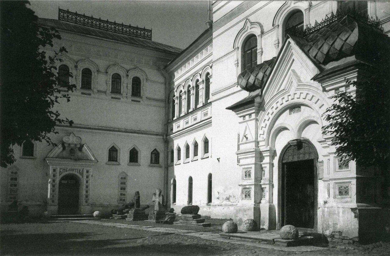 Новгородский Музей Древностей. Главное здание и Златоустовская башня