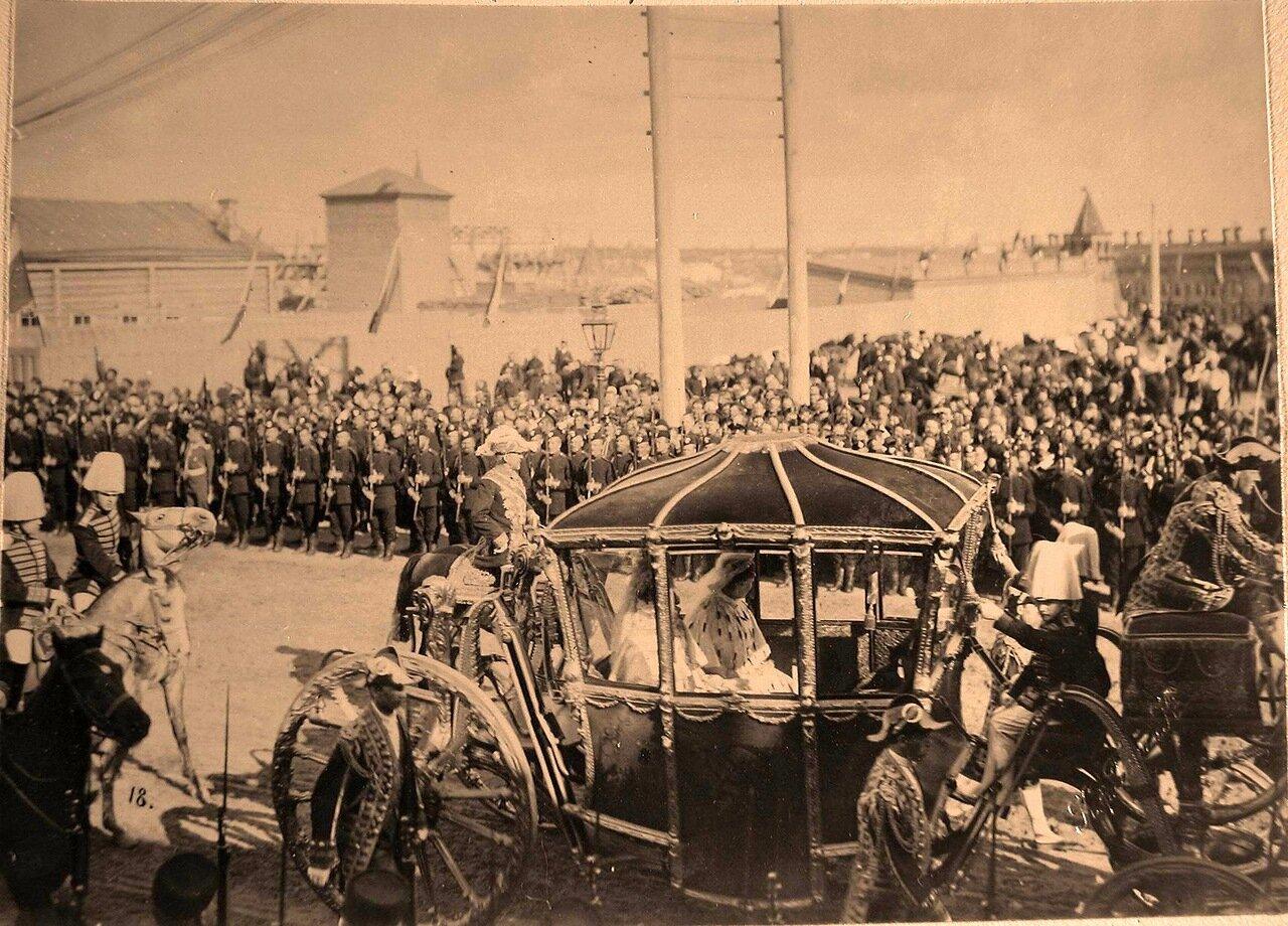 Коронационная карета императрицы Александры Федоровны в Кремле в день торжественного въезда в Москву их императорских величеств