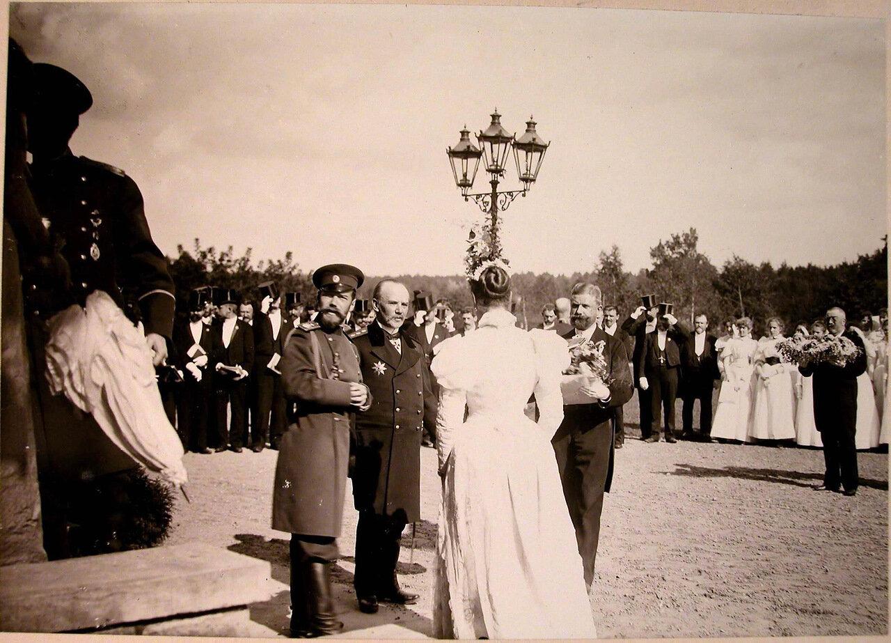 08. Представители местной власти встречают императора Николая II и императрицу Александру Федоровну