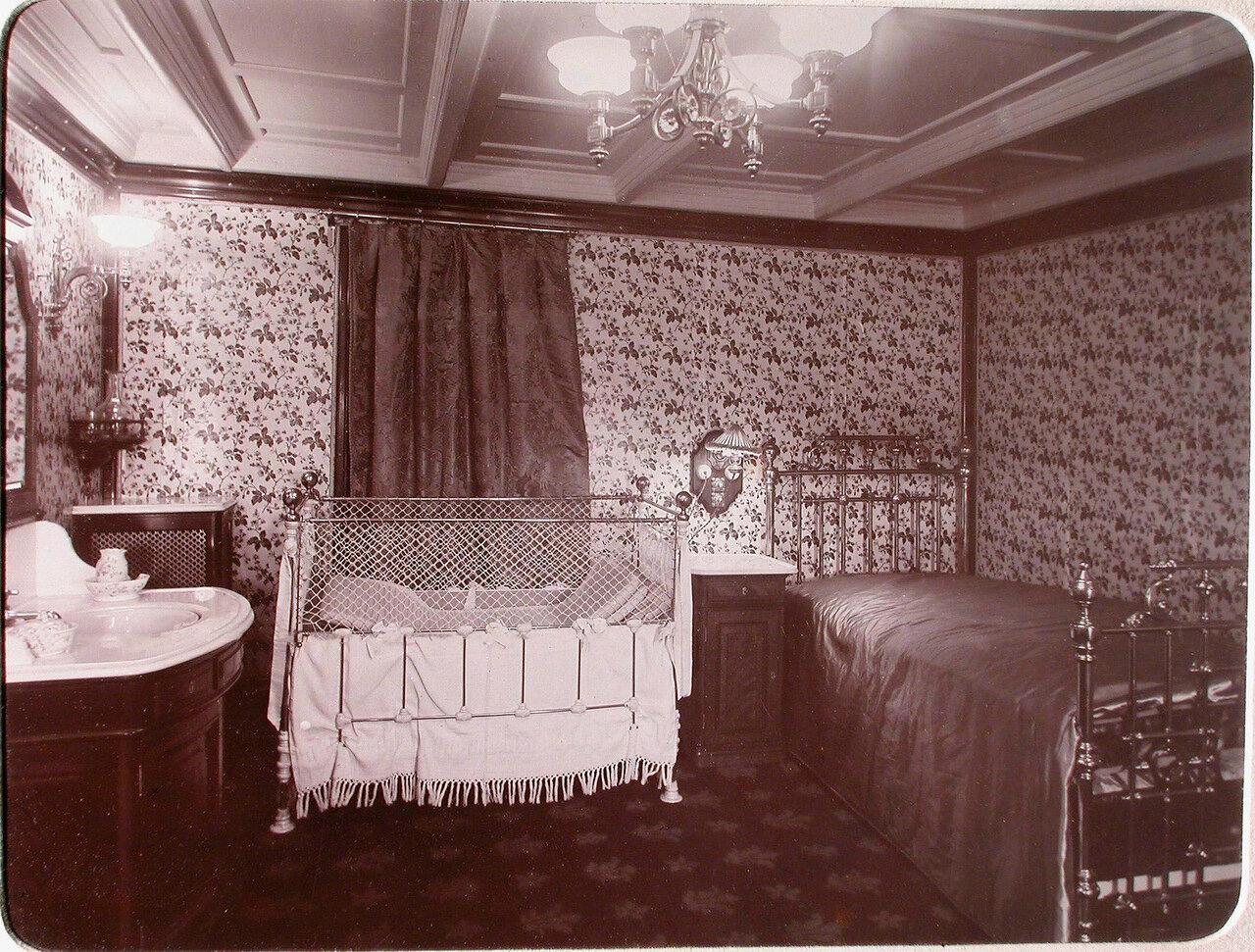 13. Вид спальни, в которой установлена детская кроватка, для пассажиров яхты «Штандарт»