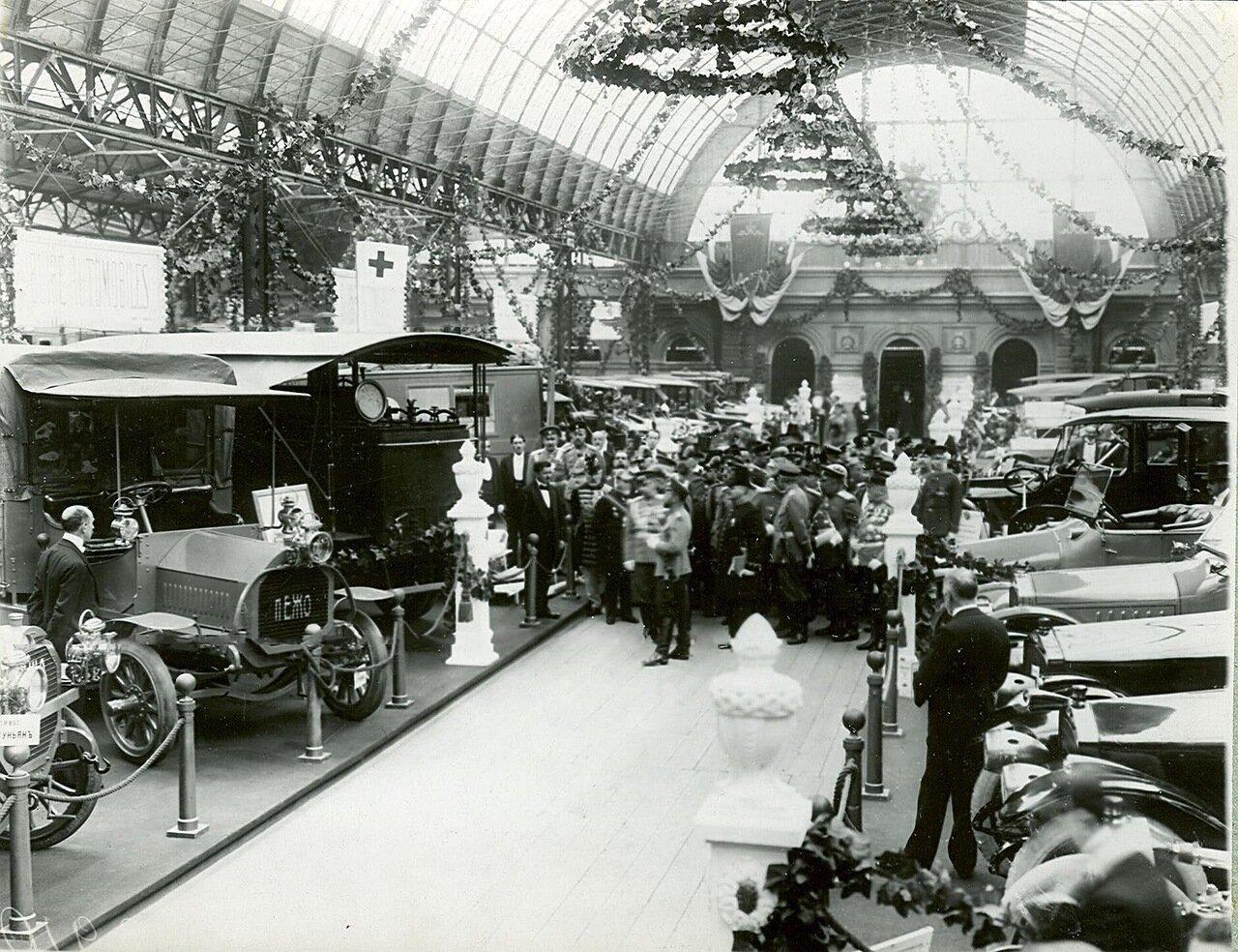 19. Группа участников открытия выставки в выставочном зале  в центре император Николай II.