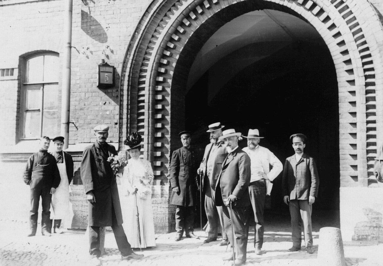 Группа депутатов Первой Государственной думы, осужденных за подписание Выборгского воззвания на 3 месяца тюремного заключения, у ворот тюрьмы