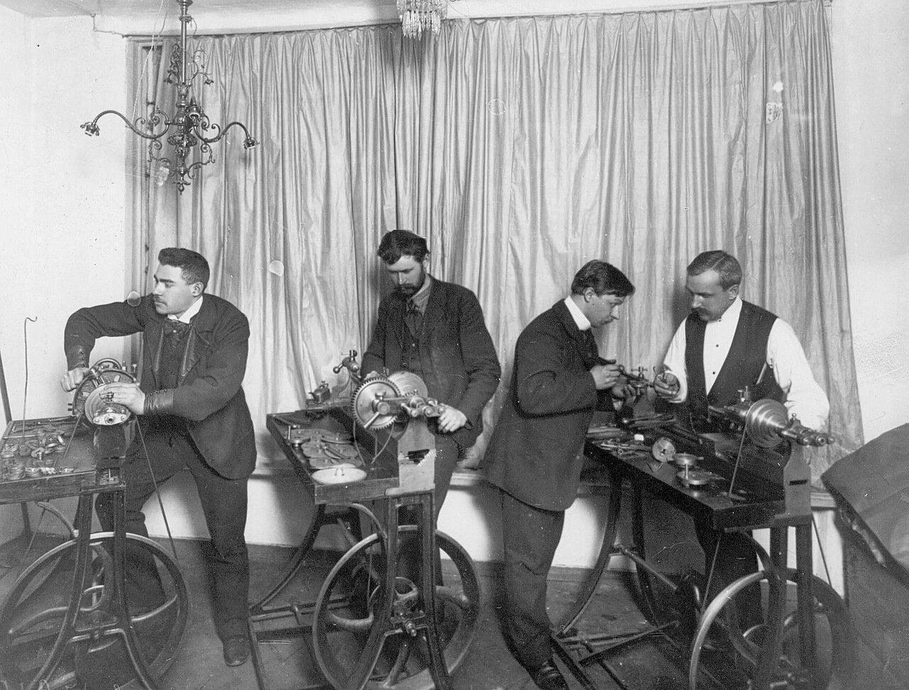 03. Ножные машины для шлифовки мелких деталей для граммофонов. 1910