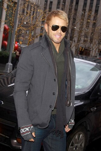 New York, NY - Kellan Lutz is all smiles as he stops by