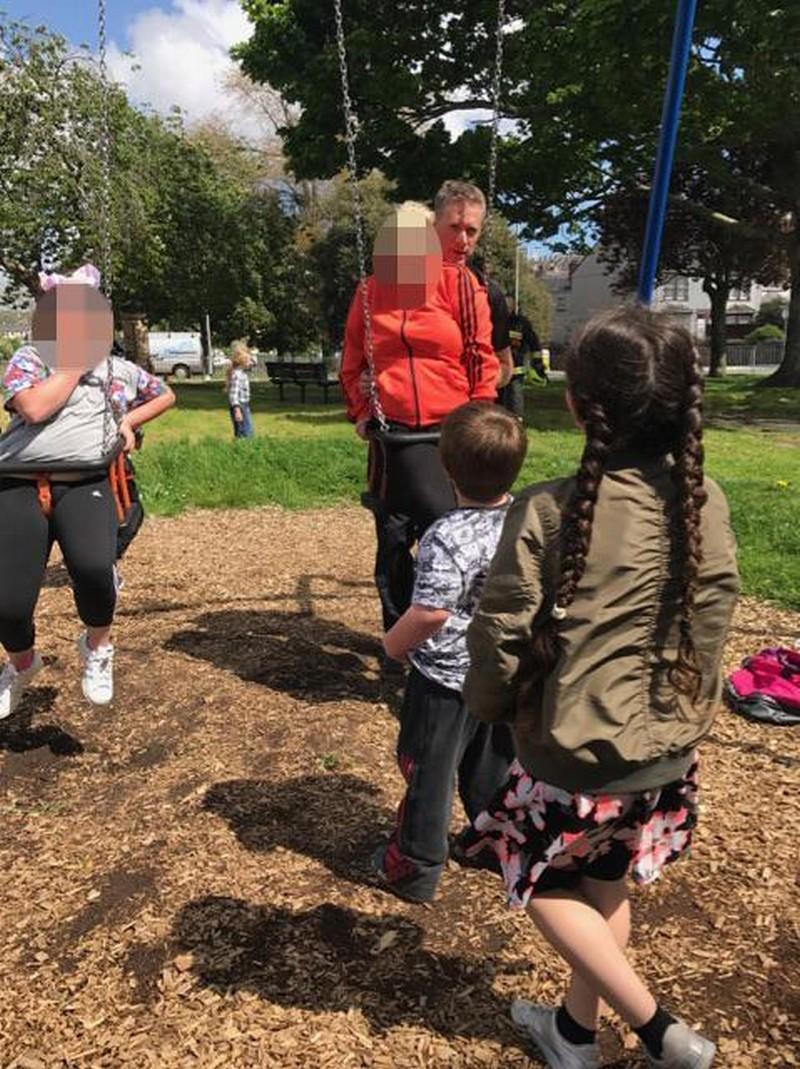 Надо меньше жрать: тетя и племянница застряли в детских качелях