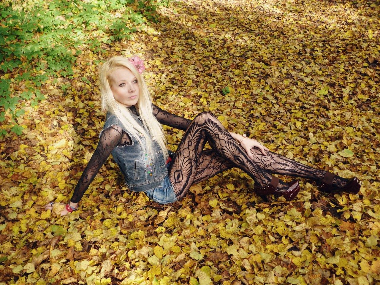 Блондинка в шортах и темных  колготках с кружевами