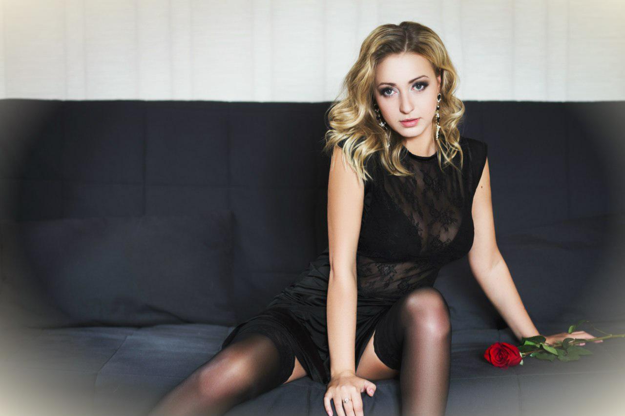 Фотосет блондинки  в чулках с розой на диване