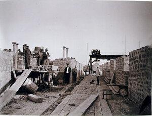Управляющие строительством.подрядчики и рабочие на строительстве набережной