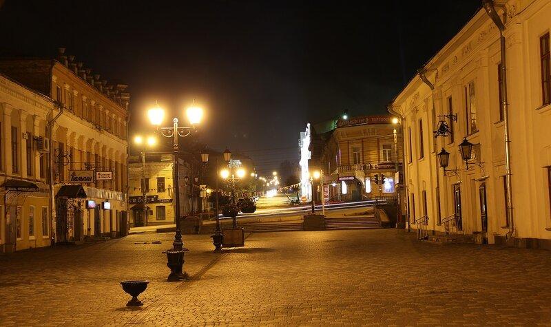 ул. Спасская, трассы габаритный огней на ул. Ленина и Кардаковский магазин на фоне IMG_7700
