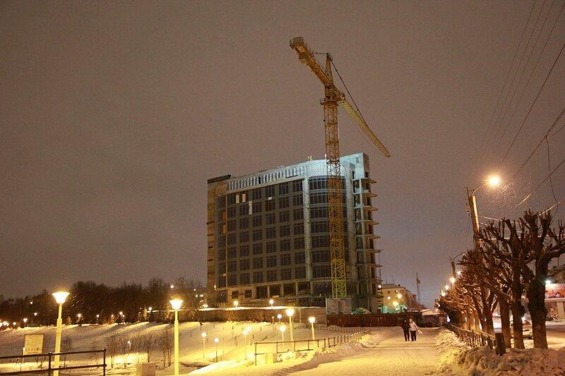 Строящийся Хилтон рядом с прудом у Цирка в Кирове в ночном освещении