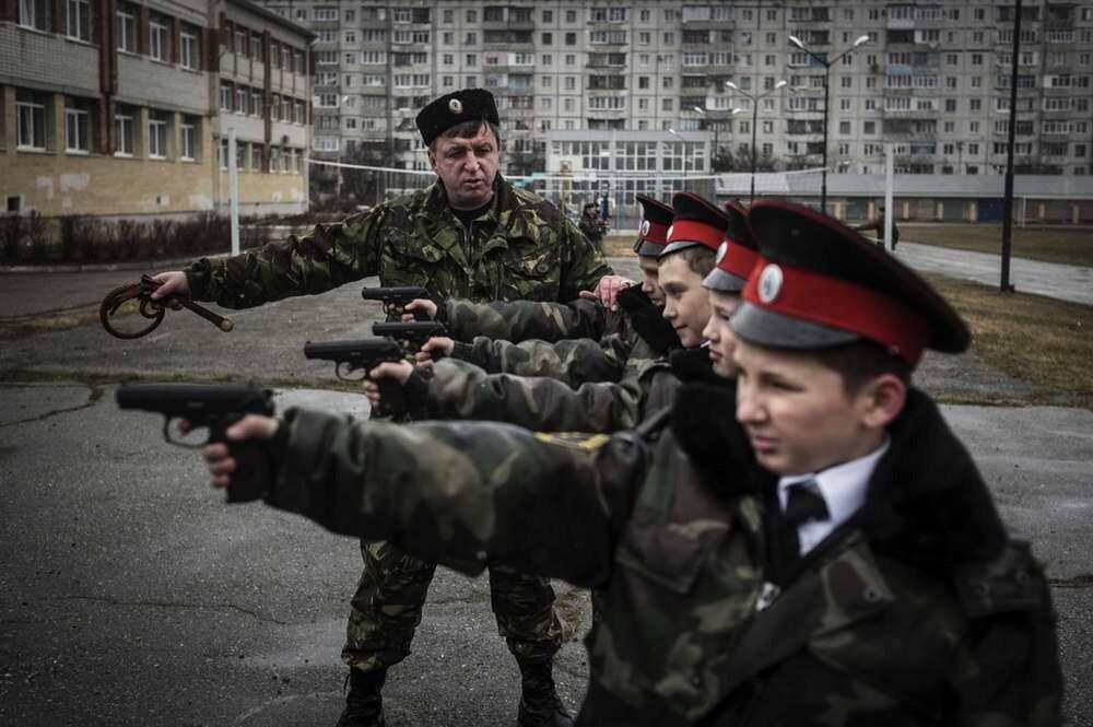 В казачьем классе Ставропольского кадетской школы детей учат владеть разными видами оружия (1)