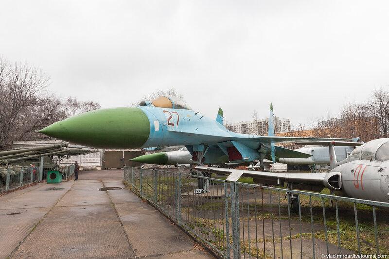 Су-27. Многоцелевой высокоманёвренный всепогодный истребитель четвёртого поколения.