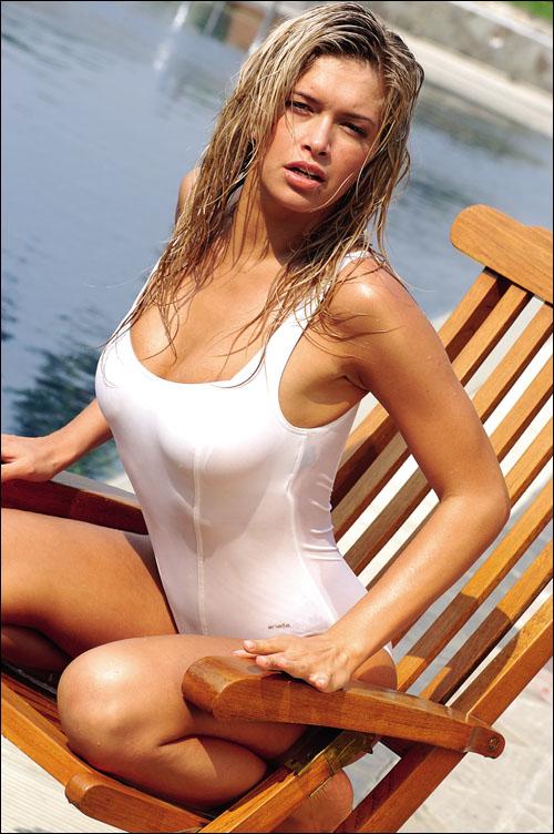 Вера Брежнева, эротическая фото сессия в белом купальнике