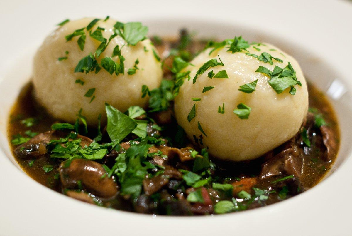7. Традиционное европейское блюдо — кнедлики — не имеет наполнителя, но его часто подают с мясными б