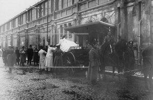 Похоронная процессия с прахом командующего батальоном, военного инженера, генерал-адъютанта Николая I Карла Андреевича Шильдера, перевозимым с Царскосельского вокзала в батальонную церковь.
