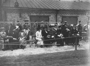 Зрители, присутствующие на конных состязаниях в бригаде.