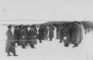Разбор указательных учений по стрельбе (в центре) - командир гвардейского корпуса генерал-адъютант В.М.Безобразов, слева от него - командир бригады генерал-майор Потоцкий.