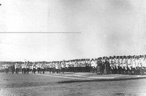 Император Николай II , высший офицерский состав и священнослужители обходят полк во время молебна перед началом парада по случаю 25-летнего юбилея шефства Николая II над полком.