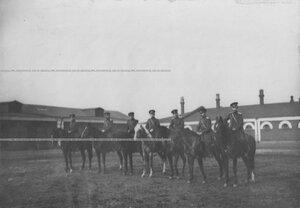 Группа конных офицеров во дворе казармы.