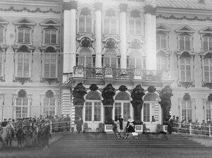 Император Николай II (справа), императрица Александра Федоровна и шеф полка великая княгиня Мария Павловна у подъезда Екатерининского дворца во время парада полка.