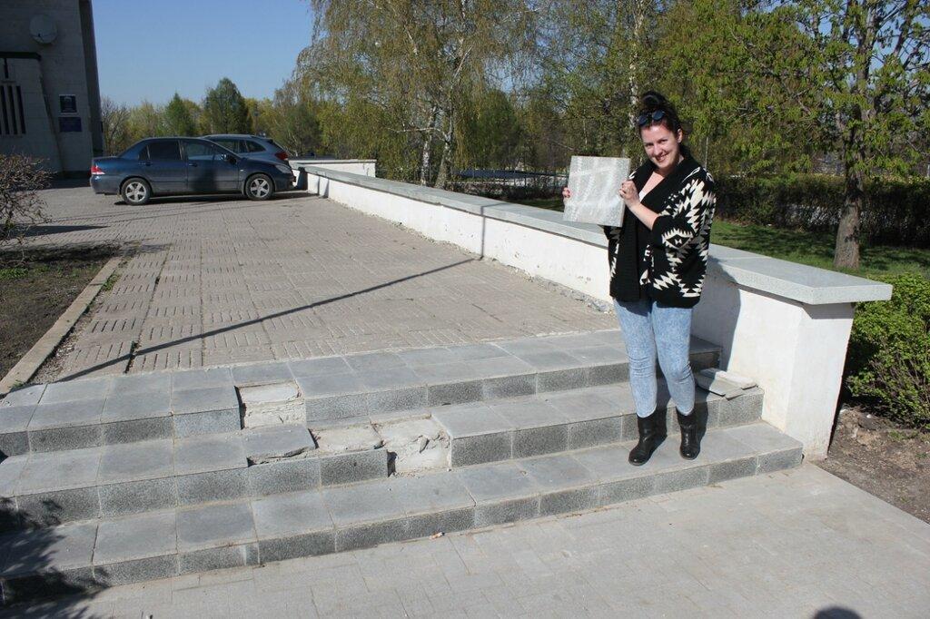 Народный кандидат Варвара Грязнова укладывает плитку
